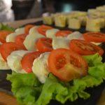 På Mineralparken lager vi vår egen tapas med mange salater som serveres til arrangementer.