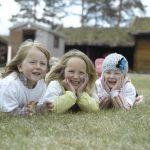 Barn med ansiktsmaling koser seg på Barnehagens dag på Mineralparken på Evje
