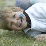 En glad gutt med ansiktsmaling på Barnehagens Dag på Mineralparken på Evje