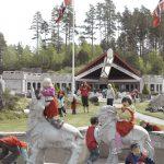 Barn som klatrer og leker på skulpturene av Bukkene bruse foran Mineralparken