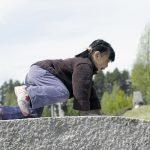 Jente som krabber over broa til Bukkene bruse i parken på Mineralparken på Evje