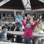 Glade barn foran inngangspartiet til Mineralparken på Evje