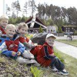 Fire blide gutter koser seg i parken på Mineralparken på Evje
