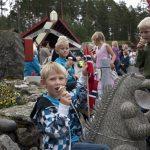 Barn som spiser is på plassen foran Mineralparken på Evje