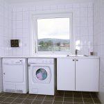 Vaskerommet med vaskemaskin, tørketrommel og vaskekum i sanitæranlegget på Mineralparken Camping på Evje