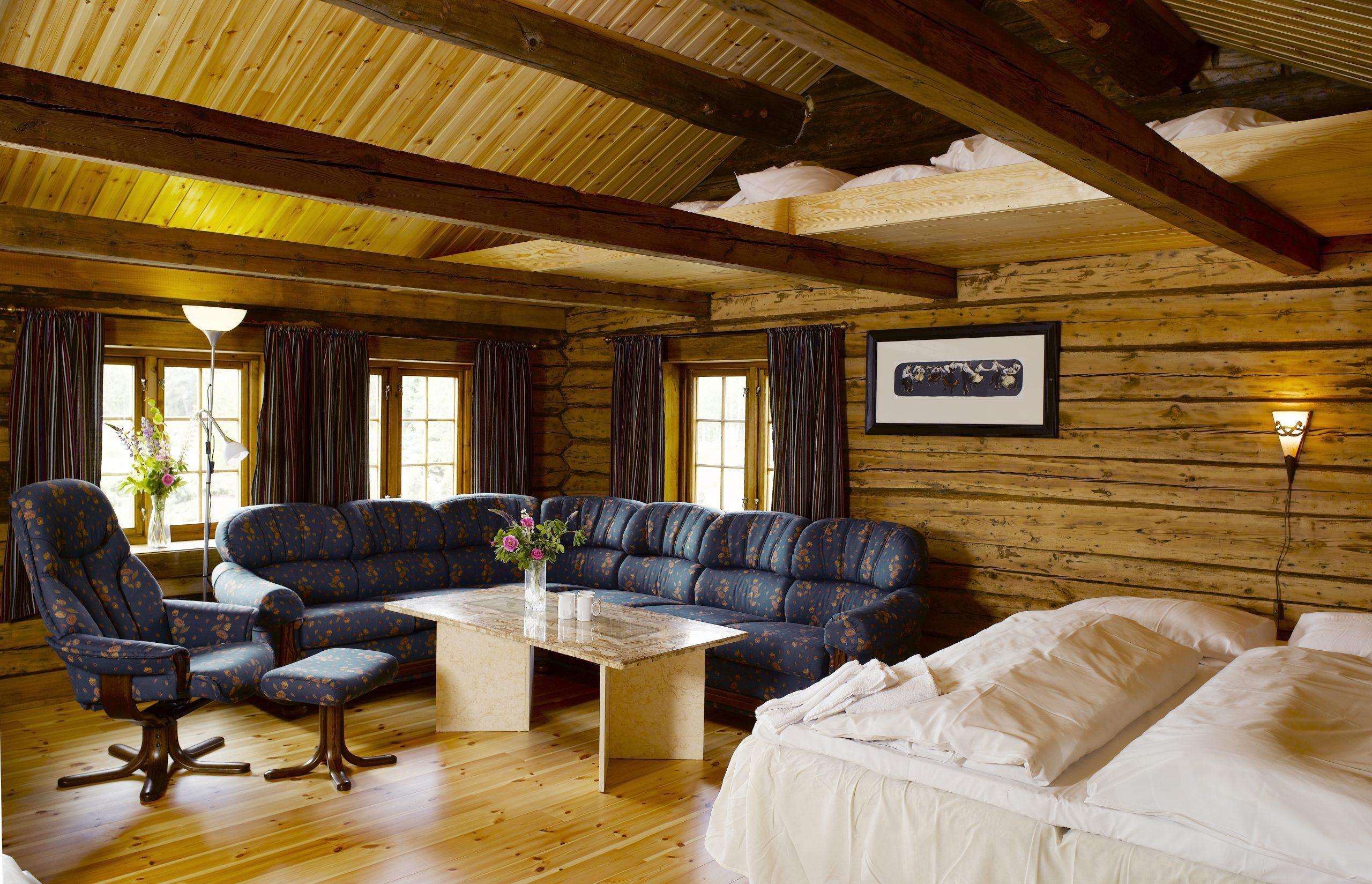 Familierommene i utleiehuset for overnatting på Mineralparken, har sofakrok, hems og dobbeltseng.
