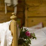 Gammel seng som utstilling i Laftehuset, som er utleiehuset med familierom for overnatting på Mineralparken på Evje
