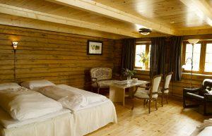 Et av familierommene i utleiehuset for overnatting på Mineralparken, med sofakrok, hems og dobbeltseng.