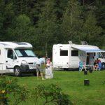 Barn og voksne koser seg og leker på Mineralparken Camping på Evje