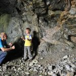 Leter etter stein i fjellet på utsiden av Mineralparken på Evje