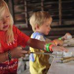 Barn som sliper og former figurer av kleberstein som er en av aktivtetene på Mineralparken på Evje