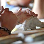 Barn som har laget en delfin av såpestein som er en av aktivitetene på Mineralparken på Evje
