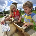 Barn ser på edelstenskortet hvilke stener de har funnet i Eventyrbekken på MIneralparken på Evje