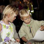 Barn leter på skattekartet for å løse oppgavene de har fått i tunnelen på Mineralparken på Evje.