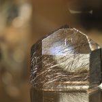 En krystall i utstillingen i tunnelen på Mineralparken på Evje.