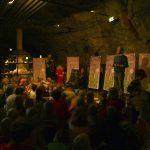 Vegard Hansson forteller om eventyret om Dronningsteinen av Gaute Heivoll under lanseringen av boken inne i tunnelen på Mineralparken.