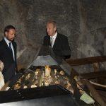 Vegard Hansson guider kronprinsparet i tunnelen på Mineralparken på Evje.