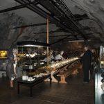 Langbordet i fjellet dekkes til spisegjester under arrangement i tunnelen på Mineralparken på Evje.