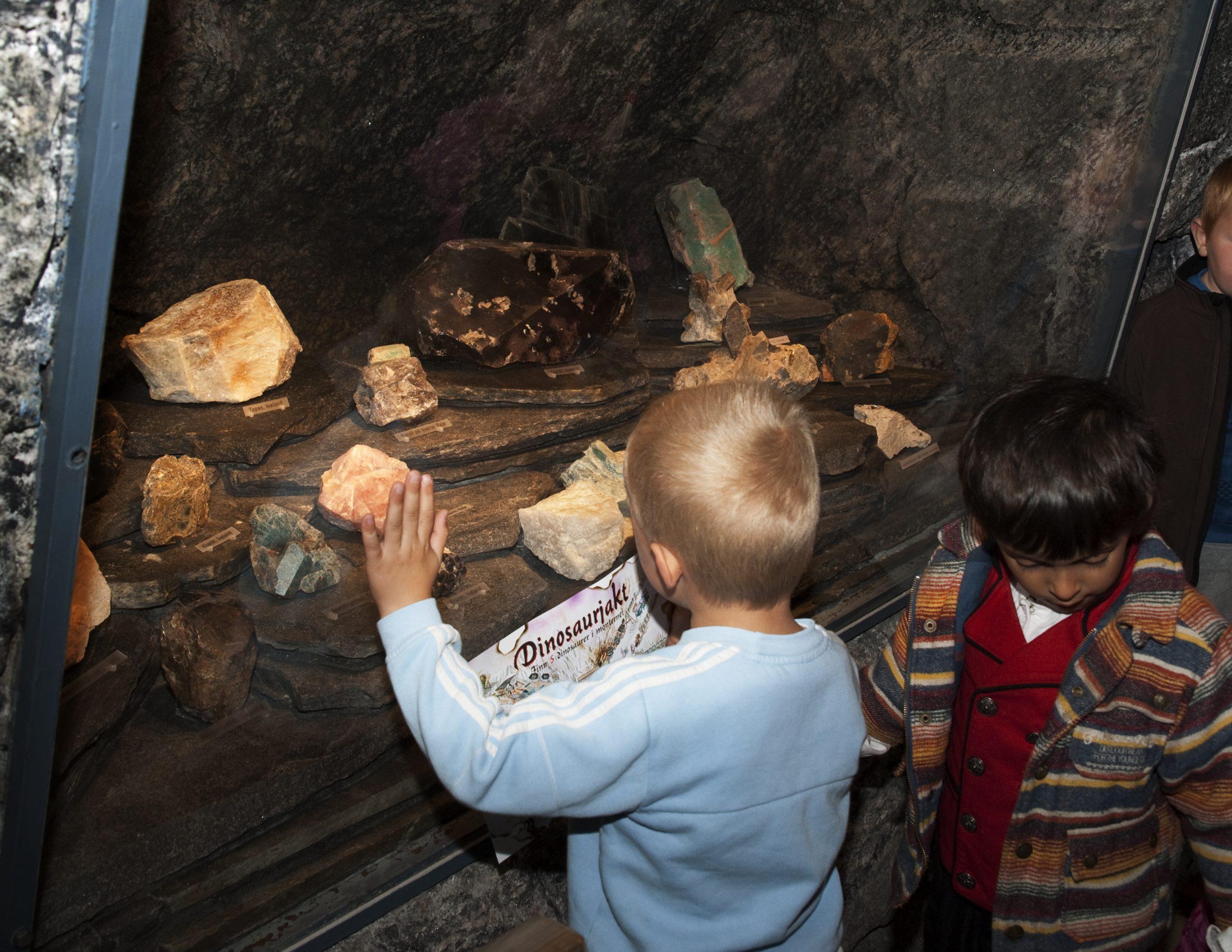 Barn i tunnelen på Mineralparken på Evje