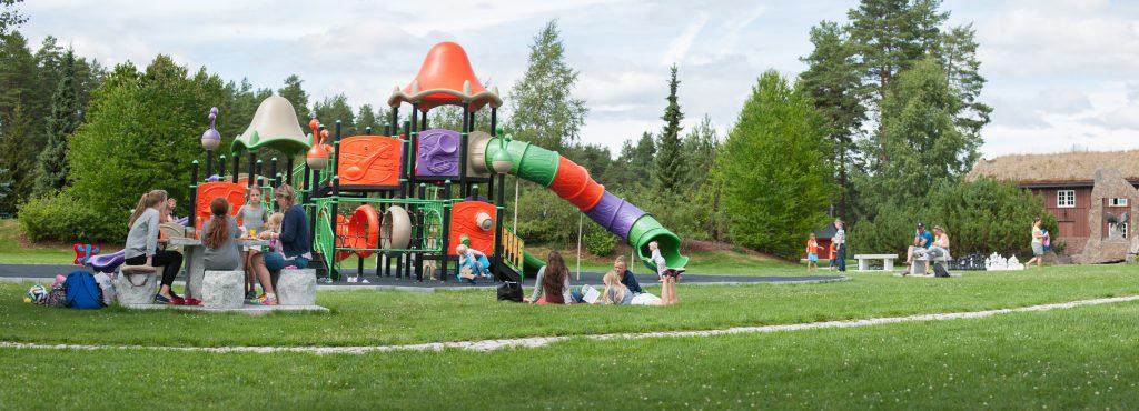 Stor lekeplass midt i parken på Mineralparken på Evje
